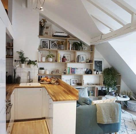 diseño de apartamento estudio que decora una mini cocina con una linda sala de estar