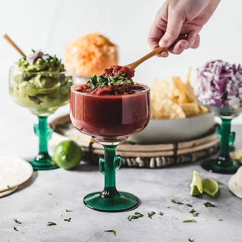 ideas de comida de fiesta de graduación sabrosos ingredientes para tacos en vasos de margarita